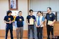 2012年3月在韩国研讨会中从黄锦铭遗霜及家师父手中接过截拳道认可教�