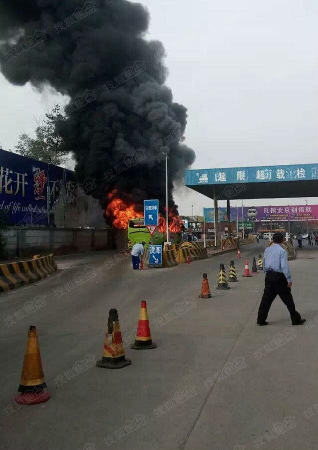 今早8点左右通州白庙收费站814公交车着火 系人为纵火