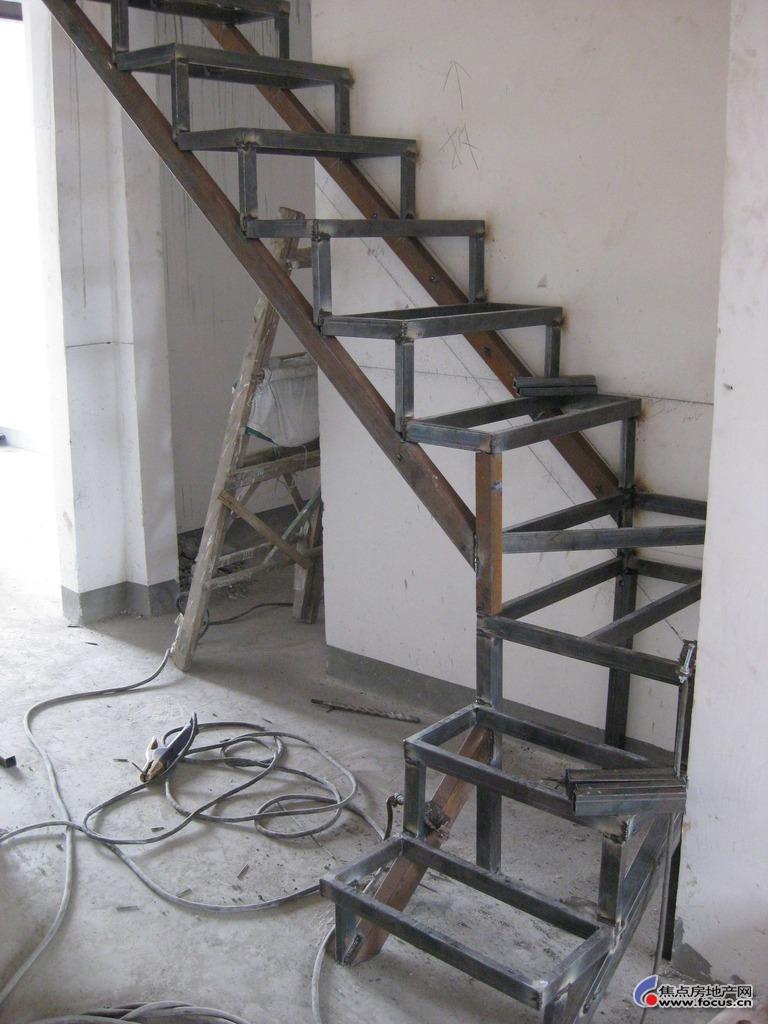 阁楼钢结构制作全过程(图片).         今天楼梯踏步基本做好了.