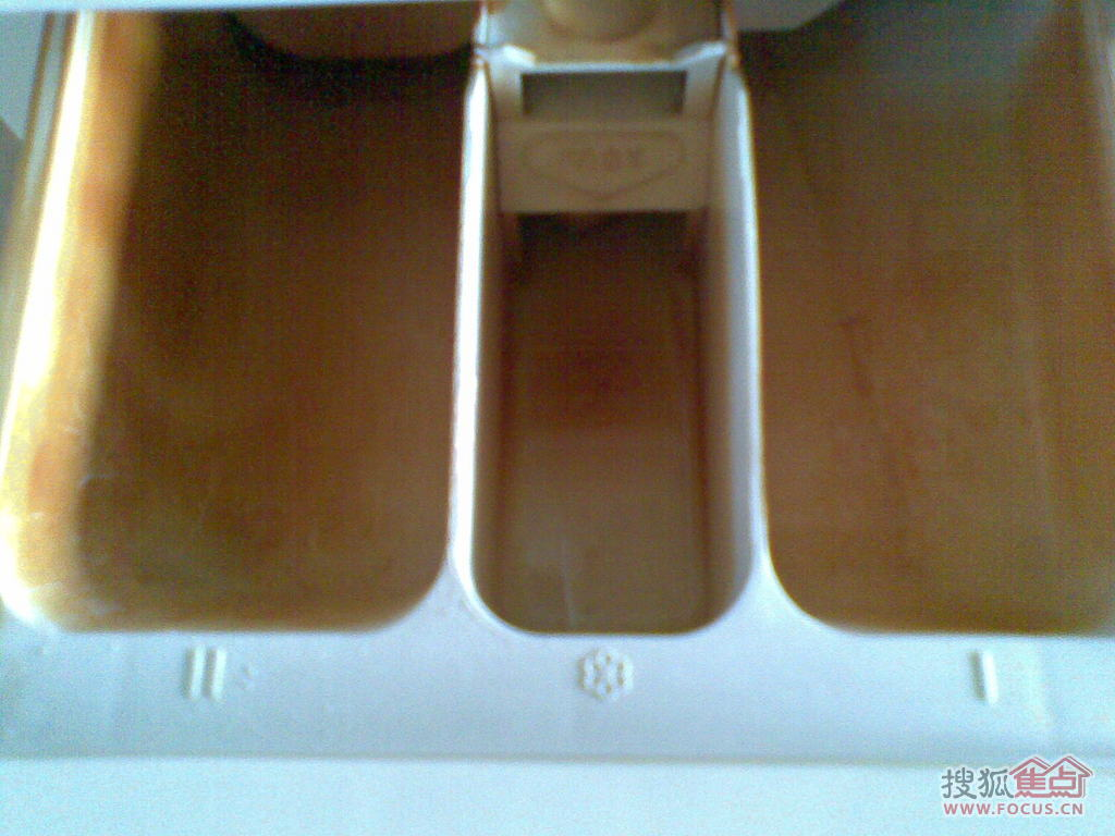 洗衣机近看进水槽深褐色污垢2