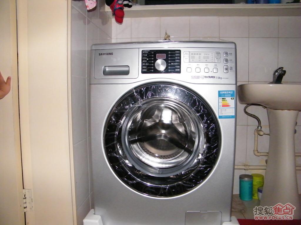 洗衣机的背面有电源线,排水管,进水管.