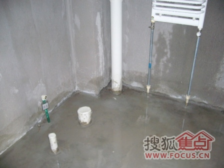 谢谢小狼提醒,这张图片是厕所东北角,挨着主下水管道的那个水泥