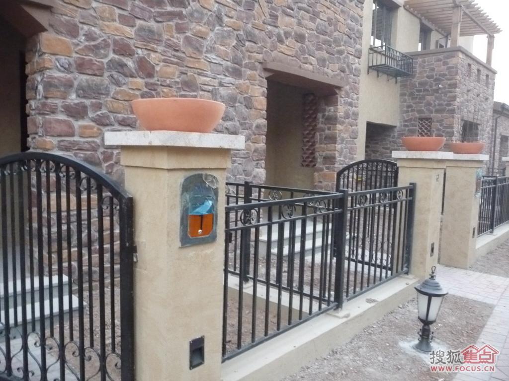 盘龙谷别墅的明了v别墅铁栅栏与水泥柱配合使用,简单院墙别墅高档锁图片