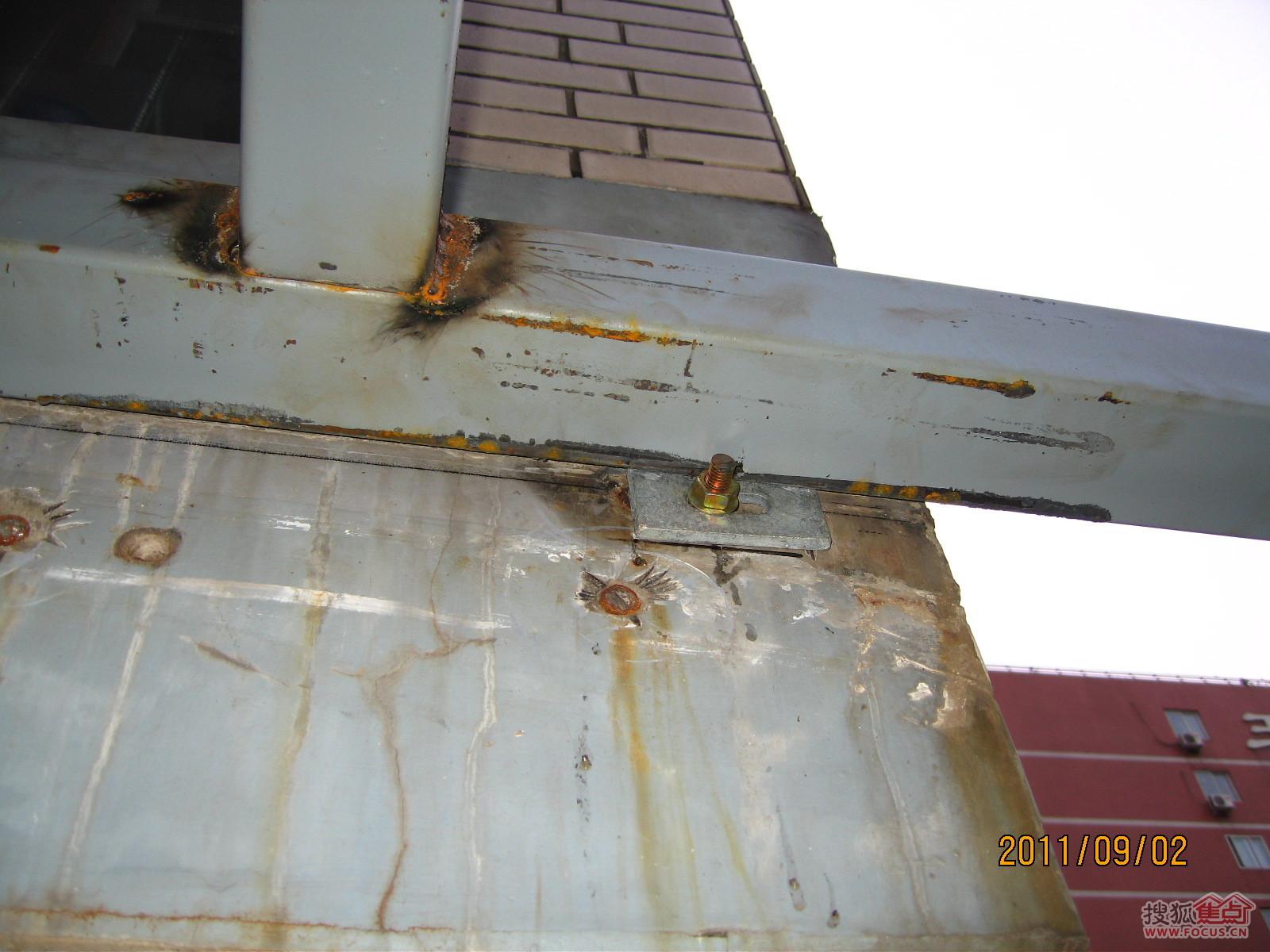 雨棚的主体框架结构已经初步制作完成,已经利用点焊固定了整体的钢架.