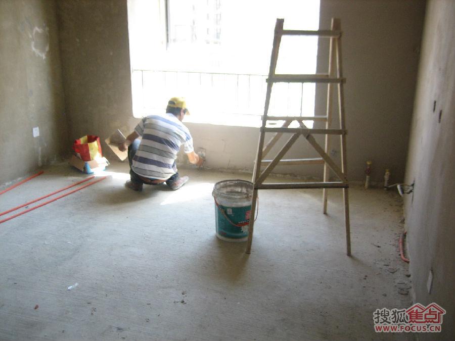 墙角贴石膏线.整个的顶部、墙面的整理造型工作就算结束了,高清图片