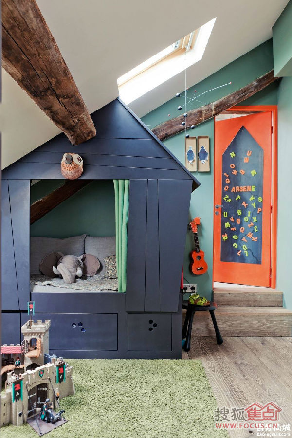 的装饰更加赋予了儿童房间神奇的视觉感.一个深蓝色的小房子
