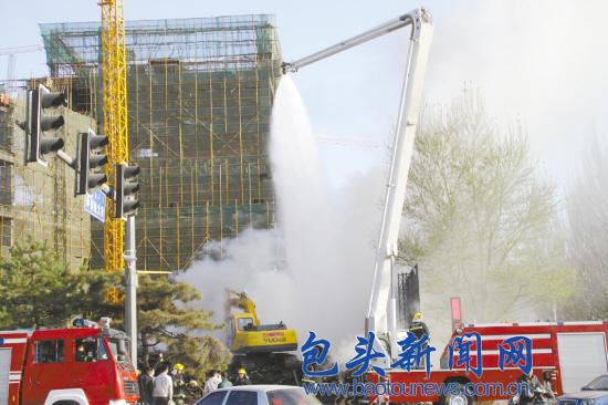 一在建工地板材变 旺火堆 用了50瓶灭火器仍控制不住火势
