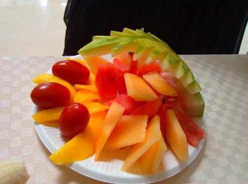 怎么也得配点水果拼盘吧