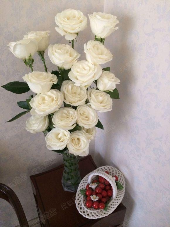 红酒杯与红玫瑰花