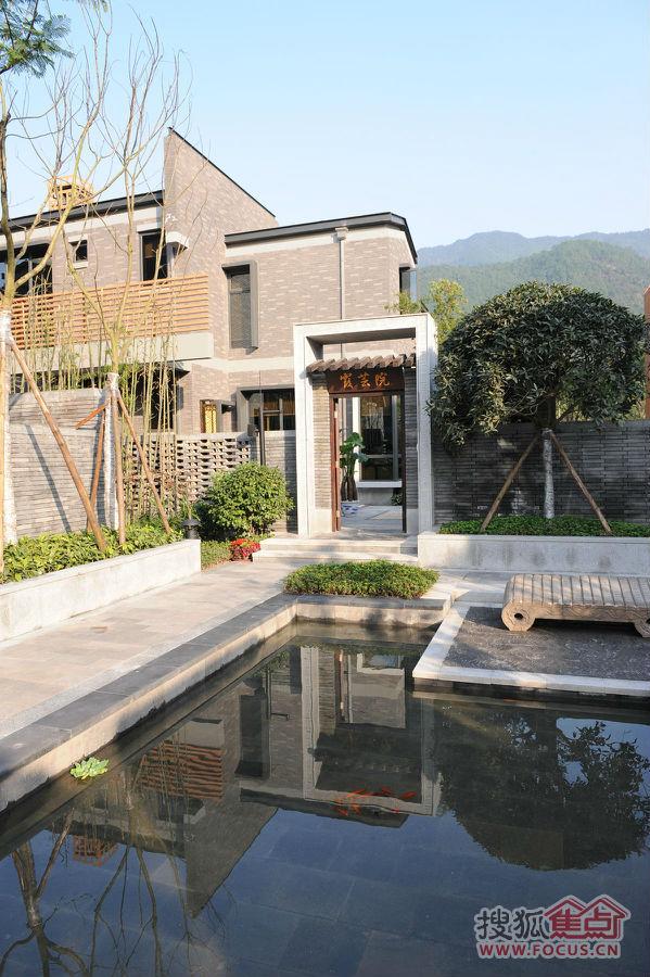 坡屋顶和干练的横竖线条,组合成了巴月庄每一栋别墅的外形结构.