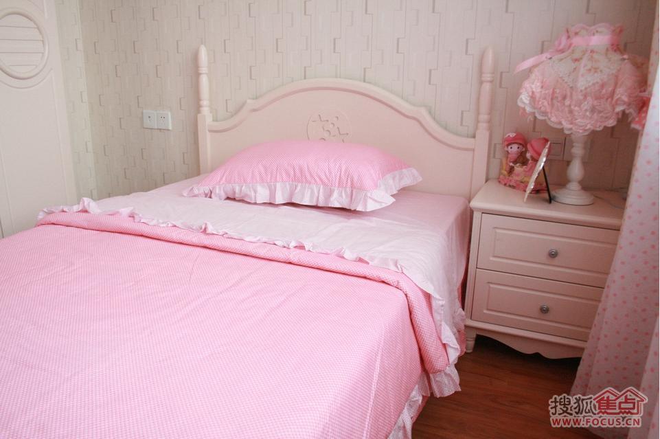 女孩房间的粉红色床头的小玩偶真可爱