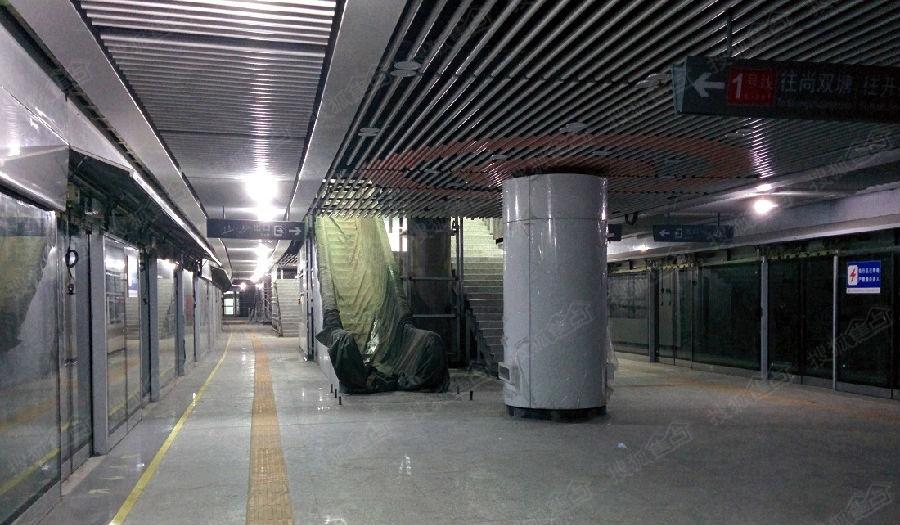 站臺層為單柱,11米寬,同時為曲線站臺,顯得較為寬敞,吊頂延續了站廳層圖片