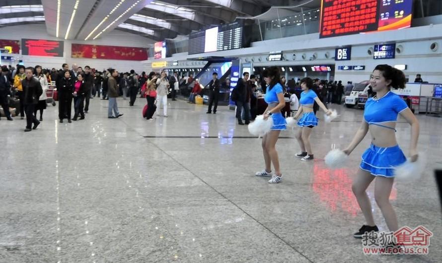 大连大雾机场航班延误 舞蹈演员来慰问