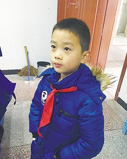 近日,重庆万州某小区,大雨中,一背书包的小学生,给拖着垃圾桶的保洁员图片