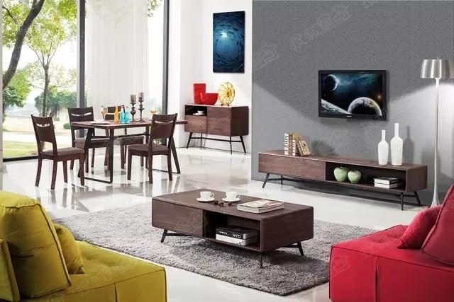 平日里的家庭娛樂就是一家人圍坐在一起看電視,不咸不淡地吐槽節目