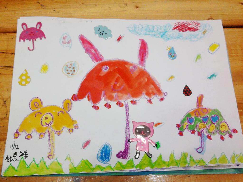 画得很好很可爱哦!不过,思诺的就画得比较像小兔兔伞,而咏怡的