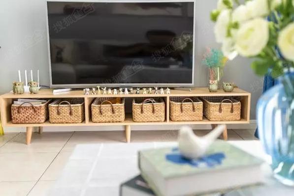 简单的电视柜配上编织收纳筐,也别有一番风味.