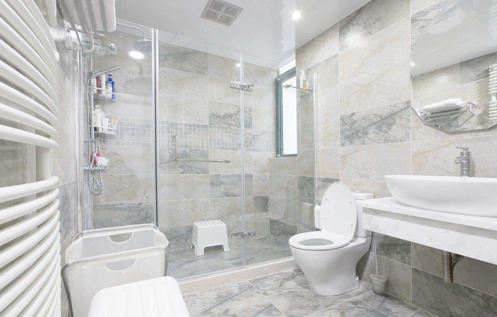 卫生间的设计包括各种装饰材料的选择,颜色的搭配,空间的配置等