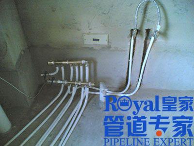 冷热水管如何排布     答:1)只要把厨房的燃气热水器热水管道延伸到图片