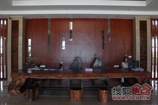 黄花梨材质的前台木桌