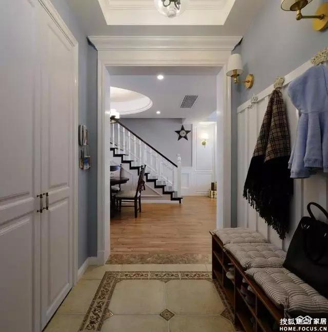 木质楼梯白色护墙板,相结合让美式更温馨.图片