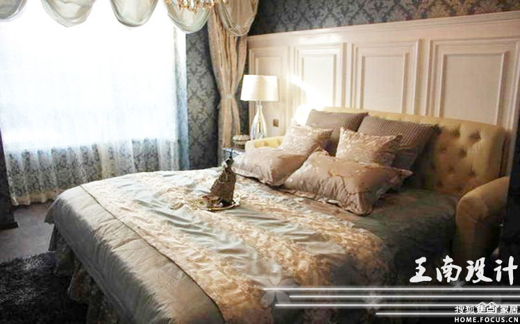 床头白色实木护墙板是欧式风格的专属象征,丰富床头空间的同时也体现图片