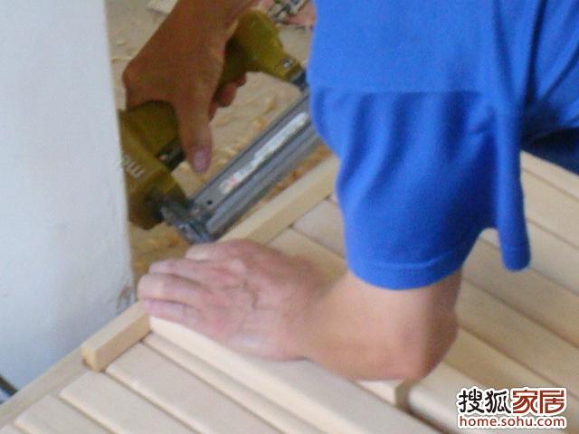 为了保持木条间隙宽度一致,用了一根小木条为量标.聪明!!高清图片