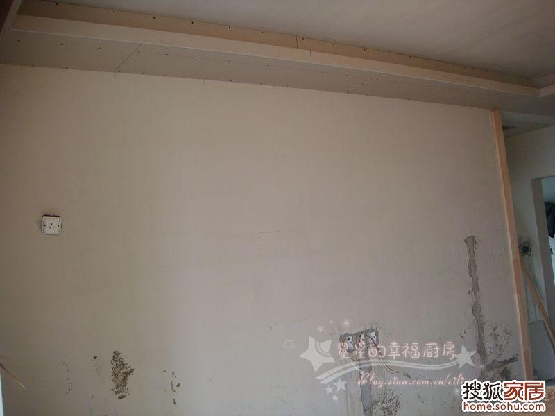 打算贴壁纸的,两侧各压了一溜木条电视墙上面的吊顶高清图片