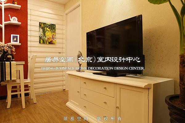 12 电视柜及卧室门(旧貌)   11 餐厅侧视图(新貌),餐桌是折叠式