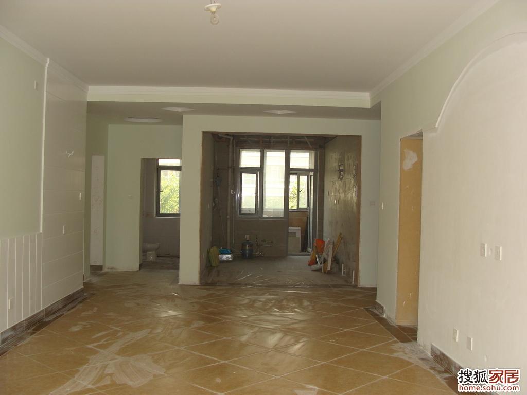 客厅,走廊进行了串边,串边和踢脚线是一款砖切割