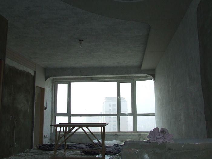 厨房一侧与餐厅,客厅一侧的空间,设计了一个假窗连结房梁的造型.