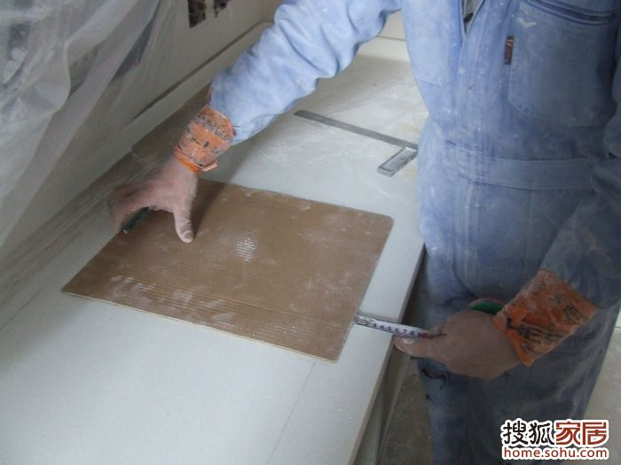 图三、师傅有个模板就能给灶具安装处掏眼