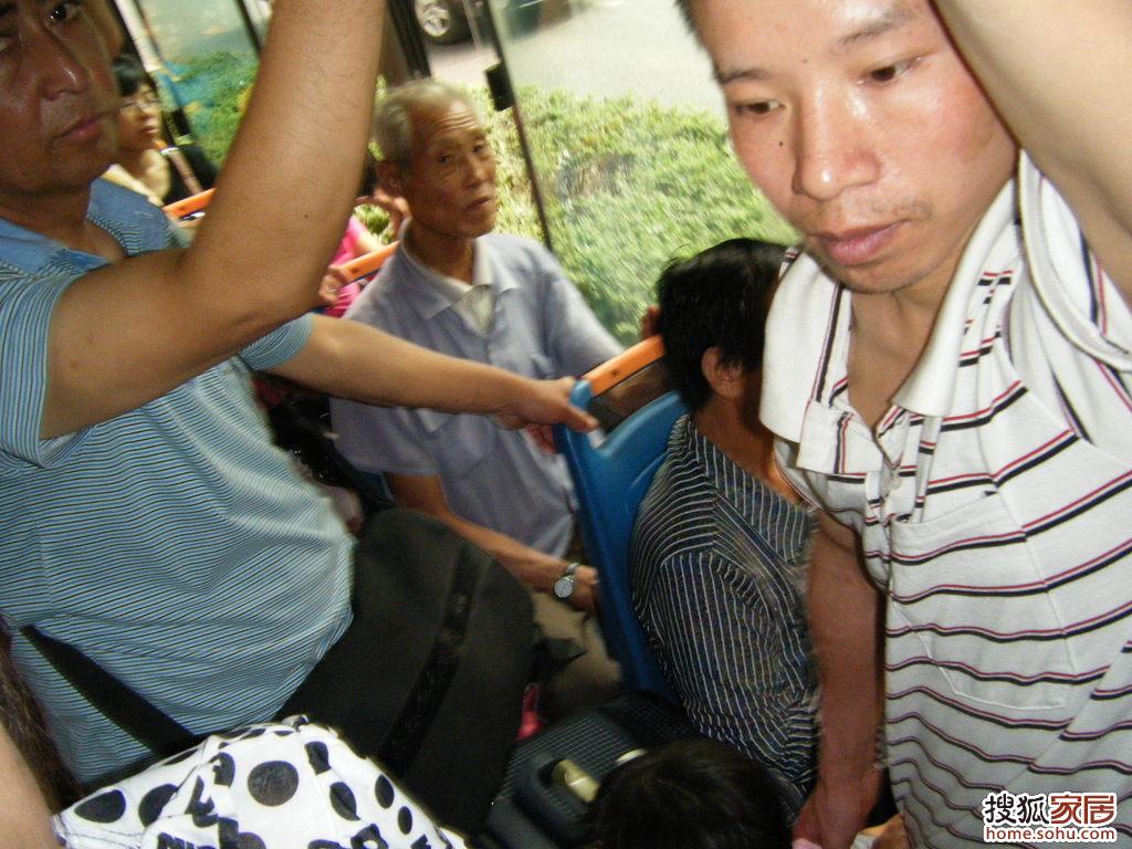 公交车上老人应不应该给孕妇让座位高清图片