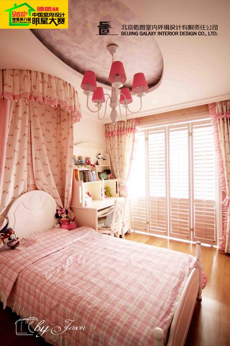 粉色的壁纸基调,白色的折叠百叶门