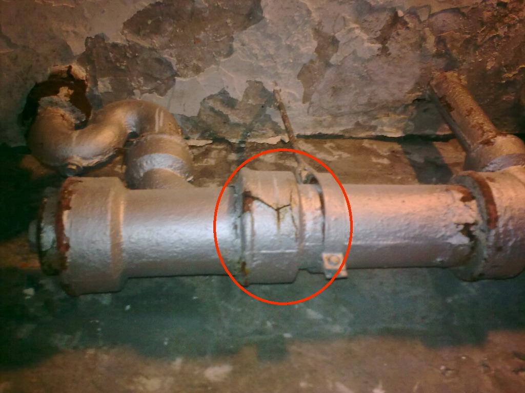 求助:老房子,衛生間和廚房的鑄鐵下水管裂了漏水,怎么