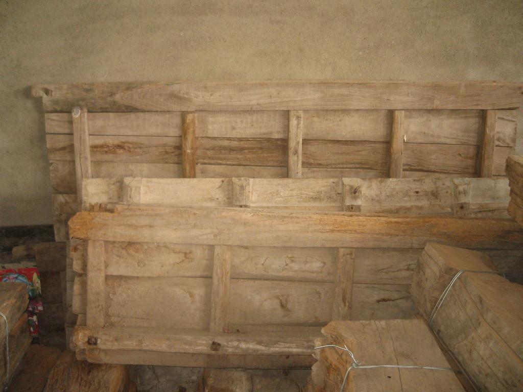 1.老榆木门板,150元一付(两扇)。加上飘窗,一共5个窗台板,拢共用去两付半门板。