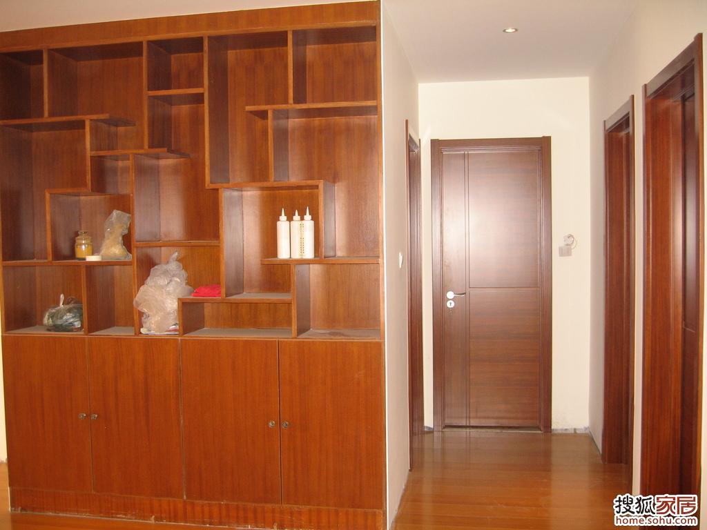 拆除主卧步入式衣帽间,改为嵌入式衣柜,反面做成客厅博物架高清图片