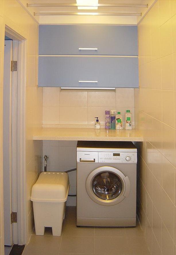 我家的厨房比较小,橱柜下又有纯水机等占用空间,造成橱柜储物空间不足,同时也没有地面下水,不适合在厨房橱柜中放洗衣机。 我家卫生间也比较小,一般洗衣机占用65cm,浴室柜占用80cm,实在是不好摆放。 大家还记的我在客厅布局中的三个秘密武器吗?那就是半圆电脑桌、2.2米长的转角沙发、升降茶几,其中后两个秘密武器,我都是从淘宝淘来的。淘宝是个大宝库,经常能找到一些很有个性、一般常规家居商城没有的东西。 看我在淘宝再一次找到了什么秘密武器: