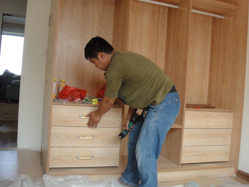 我家木工活在几个月前做的第一次,只做了榻榻米地台,榻榻米衣柜和