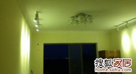 这个客厅的轨道吊顶射灯我个人是非常喜欢的