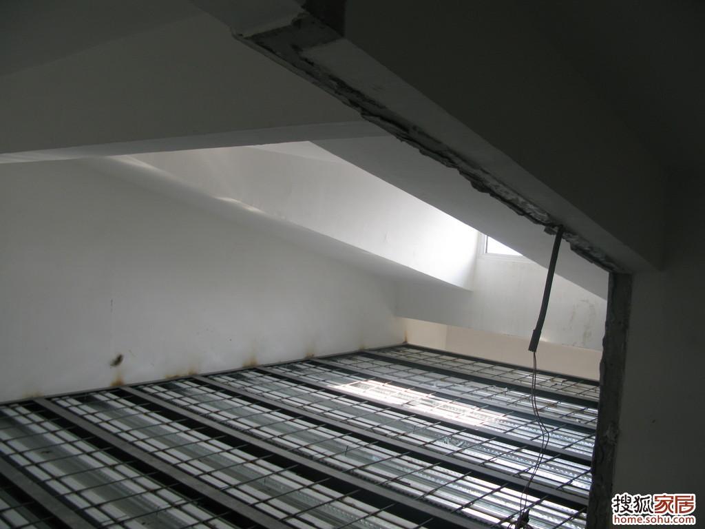 搭阁楼的施工工艺我了解的有3种:(1)钢结构上铺木板;(2)钢结构加