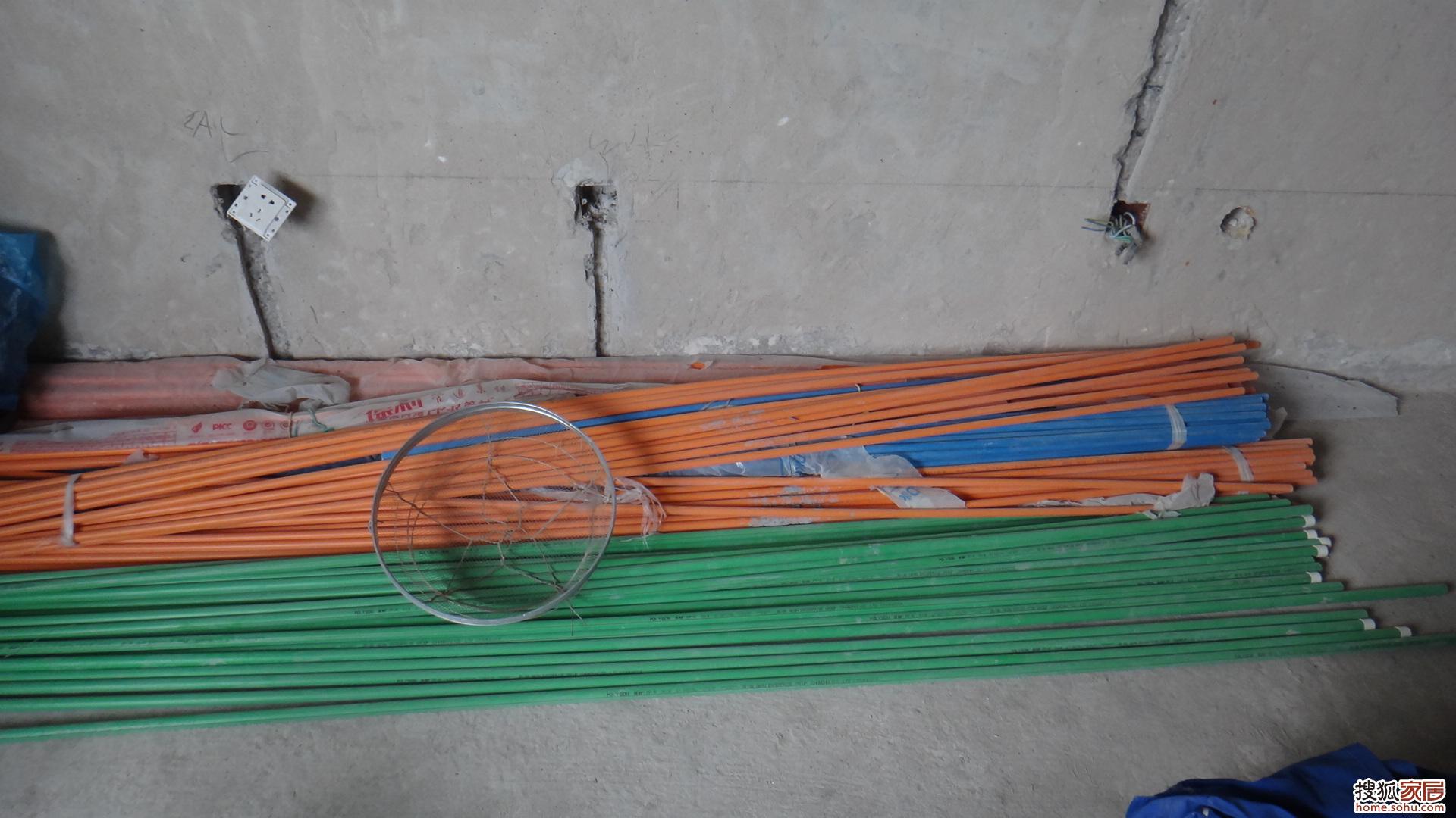 水电施工现场-在上一篇曾提及,采暖炉是水 电 气三种管道集中布线高清图片