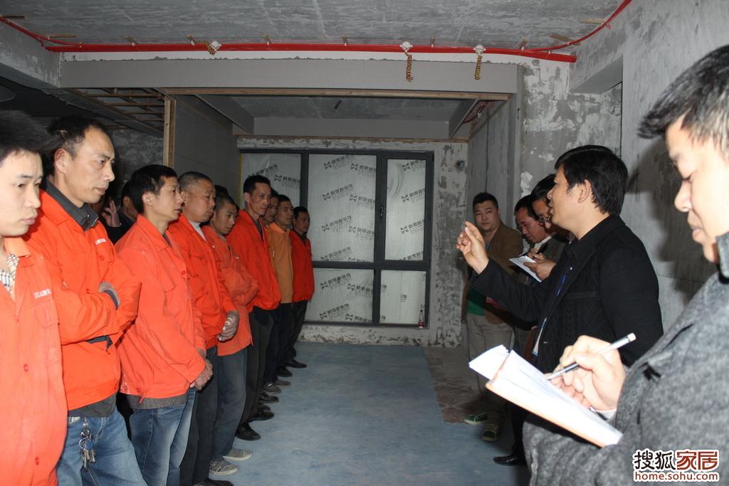 张总在培训会上详细讲解泥工的工艺要求及标准时,员工非常高清图片