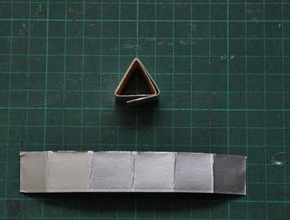 2、按6等分正方形尺寸,把卡纸剪成长条状   1、卡纸若干、胶水、剪