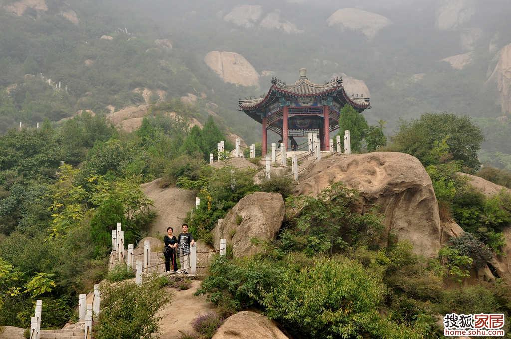...马钰经常来此弈棋.王重阳仙师用手绢包了块石子放于仙峰陀边...