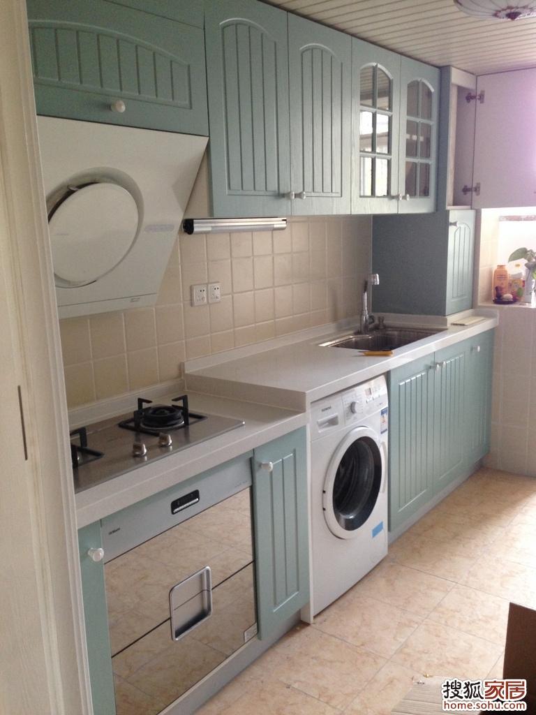 操作台下边是嵌入式的洗衣机,灶台下边是暂时当做碗柜的消毒柜【被大图片