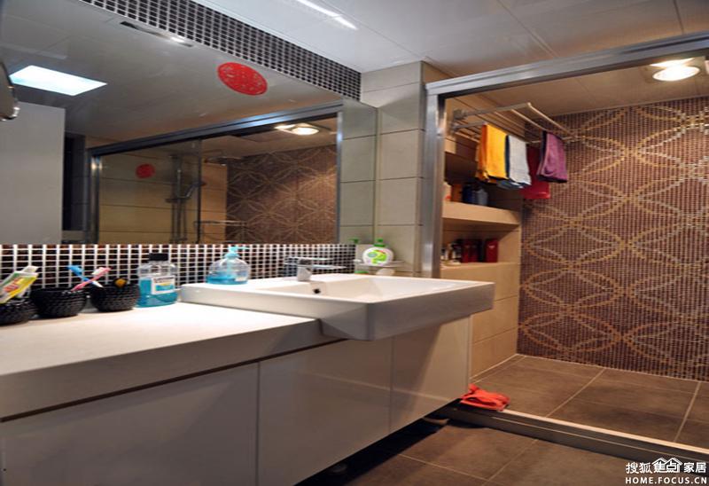 墙面打造的多宝格柜子既实用又美观.家具的颜色较重,虽可营高清图片