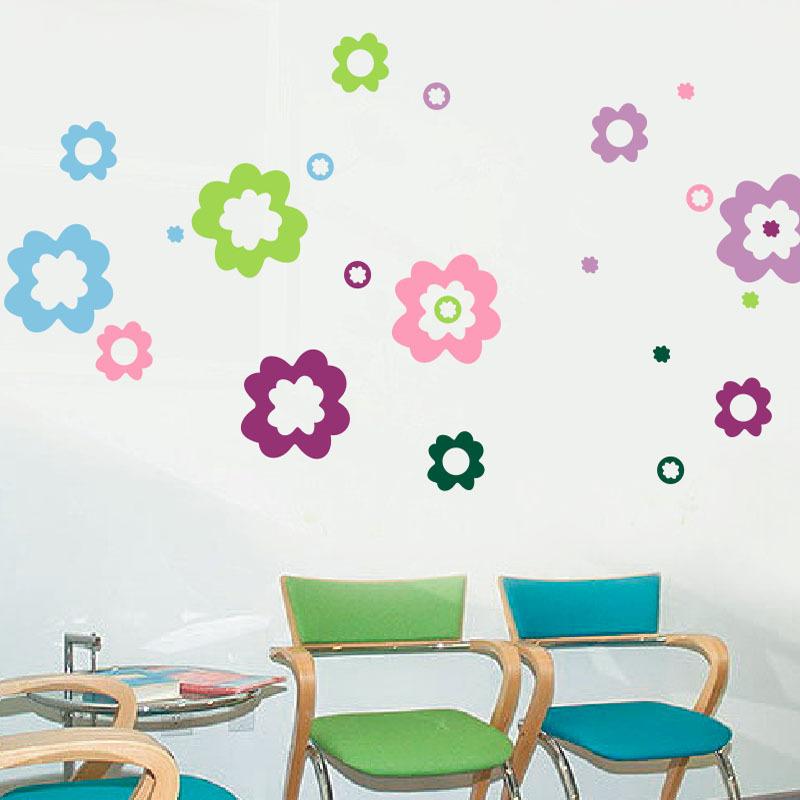 比如一些带有蓝天,白云,绿草,花朵,小动物图案的墙贴,就能激发