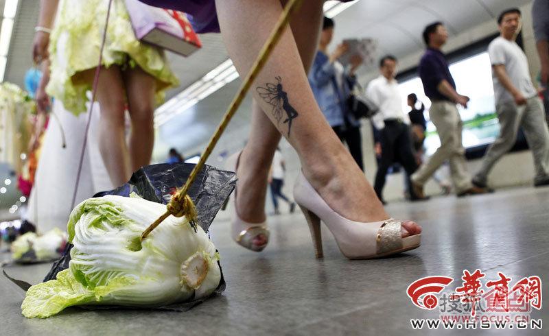 西安街头美女遛白菜 单身男女