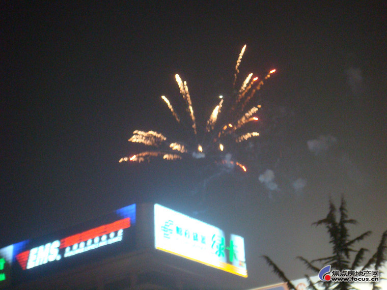 泉城广场上元宵节看烟花人真多